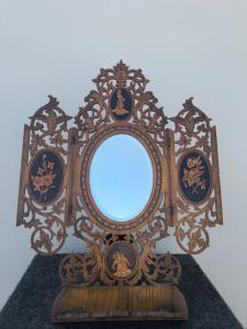 Specchierina in legno traforato e intarsiato con scene pastorali e floreali.Sorrento.