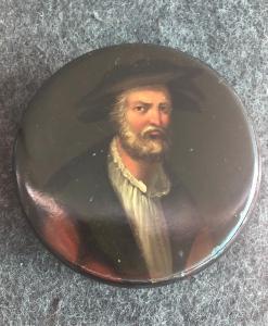 Bemalte Schnupftabakdose aus Pappmaché mit dem Gesicht eines Mannes mit Bart