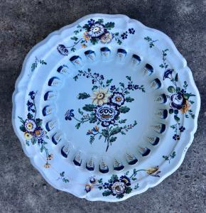 Grande bacile in maiolica a decoro floreale.Manifattura Antonibon,Nove di Bassano.