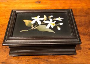 有花卉马赛克的上漆的木箱硬石工厂佛罗伦萨。