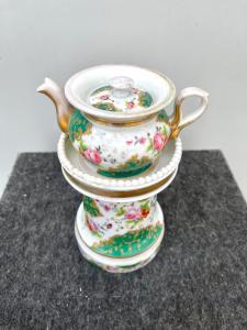 Veilleuse-tisaniera in porcellana decorata a motivi floreali e rocaille con lumeggiature in oro.Francia.