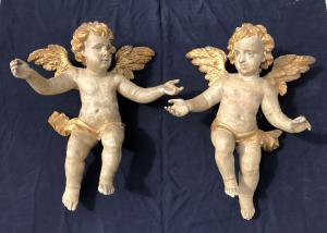 par de anjos grandes em talha dourada e pintada em madeira policromada