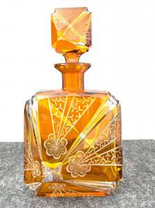 Flasche aus geschichtetem und gemahlenem Glas mit stilisierten Art-Deco-Blumen- und geometrischen Motiven. Böhmen