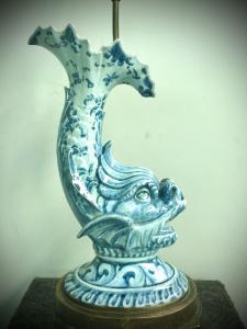 Lâmpada majólica representando peixes mitológicos decorados em estilo monocromático de Savona azul. Base de cronze. Fabricação de antagalli. Florença.