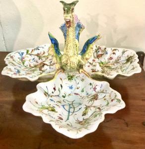Peça central em majólica trilobada decorada em Raphaelesque e grotesco com punho em forma de dragão.Manifattura Angelo Minghetti.Bologna
