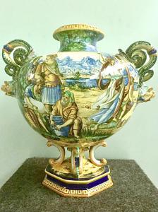 Vaso globular em faiança com decoração historiada com entradas laterais de cobras e máscaras. Fabricação de Fantechi, Signa.