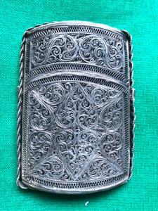 Portabiglietti in argento filigrana con motivi vegetali e volute stilizzate.