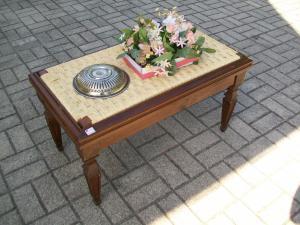 Tavolino basso, panchina di epoca '900. 91 l x 50 p x 48 h.