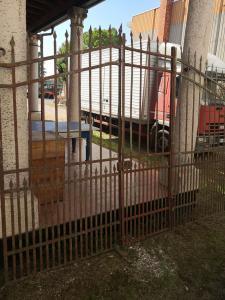 puerta de hierro con púas