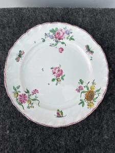 Pareja de platos de mayólica de tercer fuego con adornos florales, fabricados por Geminiano Cozzi, Venecia.