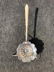 压花银漏勺,带有三只腿和象牙色手柄的rocaille边框。