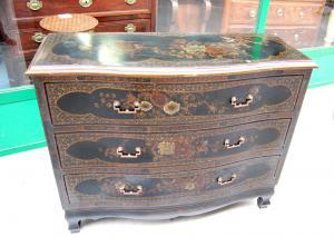 Comò cinese bombato stile luigi XV chinato e dipinto con rifiniture in ottone