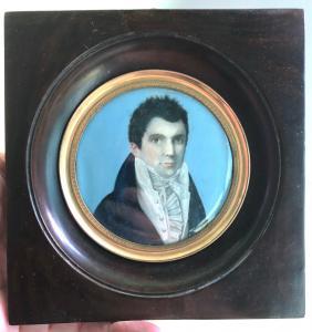 Miniatura de marfil que representa a un personaje masculino.
