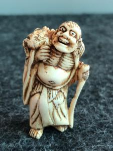 Netsuke 'in ivory depicting demon with frog.Japan