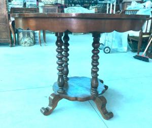 Mesa de nogueira com quatro pernas e quatro pés, período Louis Philippe.