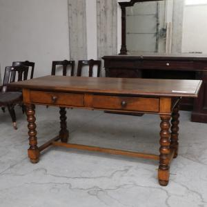 Mesa de escritura con dos cajones y patas retorcidas