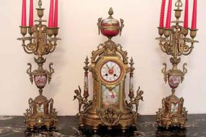 Bronze und Porzellan Uhr mit Kerzen