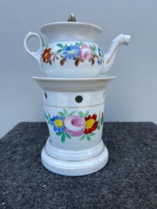 Veilleuse tisaniera in porcellana decorata con motivi floreali.Francia