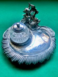 Calamaio in argento con motivi floreali incisi e rocaille e Angelo che scrive.Germania.