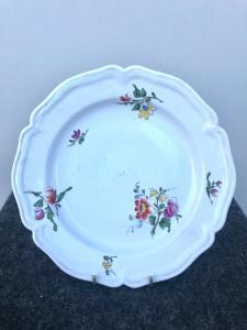Porzellanteller mit Blumendekor. Doccia-Ginori-Herstellung.