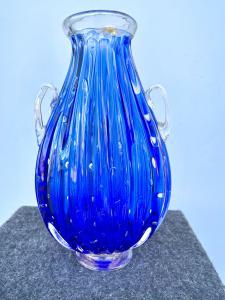 Vaso in vetro pesante sommerso a due manici con inclusioni a bolle e foglia oro.Firma Barovier & Toso.Murano.