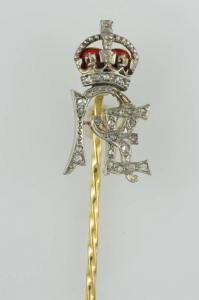 Alfinete em ouro e diamantes com iniciais