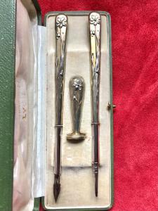 Servizio con penna,matita e sigillo in argento vermeille con decori floreali art-nouveau.Francia.
