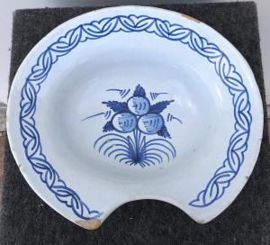 有风格化花卉装饰的卵形刮板材法国。