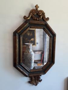 Espejo Lucchese de los años 1600, lacado y dorado octogonal con moldura h 130 l70 garantizado por ley