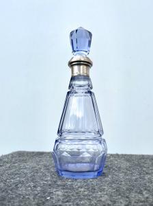 Abgeschrägte und facettierte Glasflasche im Art-d'eco-Stil mit silbernem Hals Italien.