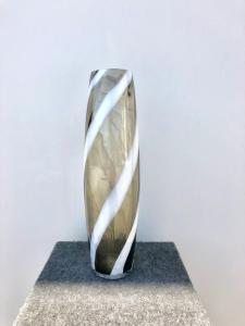 Jarrón de vidrio soplado con inclusión en espiral. Murano.