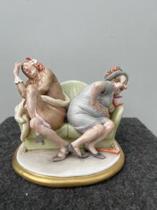 Scultura in porcellana policroma caricaturale raffigurante personaggi vestiti per il carnevale.Giuseppe Cappe'.Data 1977
