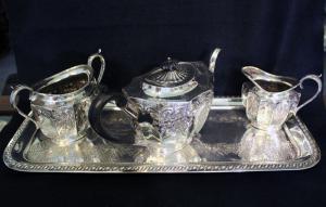 带茶壶,糖碗和牛奶盒的矩形托盘