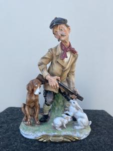 Gruppo in porcellana policroma raffigurante scena comica con cacciatore.Giuseppe Cappe'. ( non firmata).