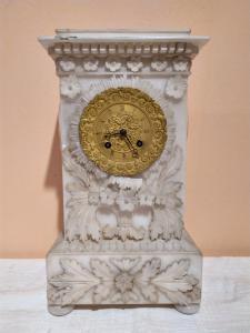 Orologio in alabastro con quadrante in bronzo dorato
