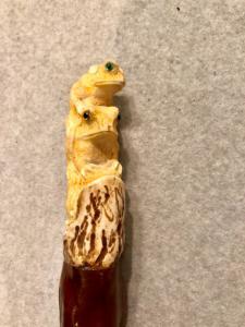 Halten Sie sich an den Hirschknochenknopf, der Frösche darstellt.