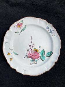 玫瑰装饰的Majolica盘子Finck生产,博洛尼亚。