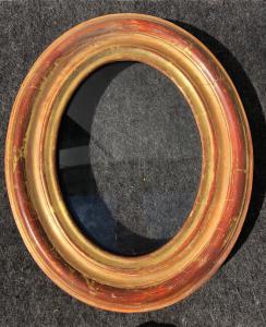 Rahmen aus geschnitztem und vergoldetem Holz.