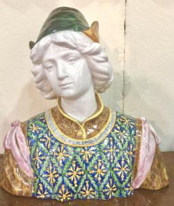 Busto em faiança policromada com figura masculina renascentista. Fabricado por Angelo Minghetti. Bolonha.