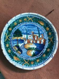 Piatto alzata in maiolica con decoro a paesaggio e architetture,manifattura di Urbania (Casteldurante),