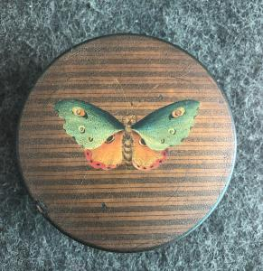 Pappmaché-Schnupftabakdose mit Schildpatt mit Schmetterling bemalt. Frankreich