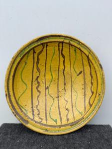 Керамическая тарелка из ангоба с `` популярным '' декором со стилизованными геометрическими элементами. Calabria