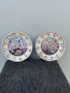 Pareja de platos de porcelana policromada 'bajorrelieve' con escenas de batalla y medallones con perfiles masculinos. Ginori.