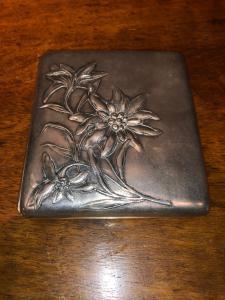 带有意大利新艺术风格花卉装饰的压花银色烟盒。