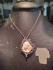 Cammeo in corallo rosa con rosette di diamanti e zaffiro, montato su oro bianco epoca primi del '900