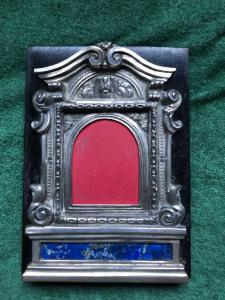 'Pace-edicola'in argento e lapislazzuli con decoro rocaille e angelo,montata a portaritratti su base di legno ebanizzato.Sicilia.