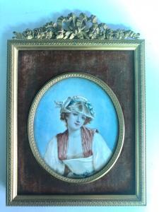 Miniatura sobre marfil con figura femenina, marco de bronce.