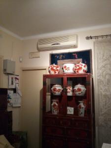 Bellissima collezione di vasi cinesi, pentole, porta parrucche e porta pennelli in porcellana.