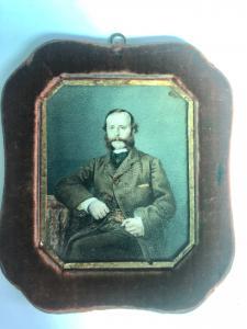Miniatura al óleo sobre pergamino con figura masculina, marco de madera cubierto de terciopelo.