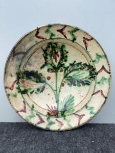 Керамическая тарелка из ангоба с «популярным» декором со стилизованными растительными элементами Частично застекленная «Verso» Калабрия.